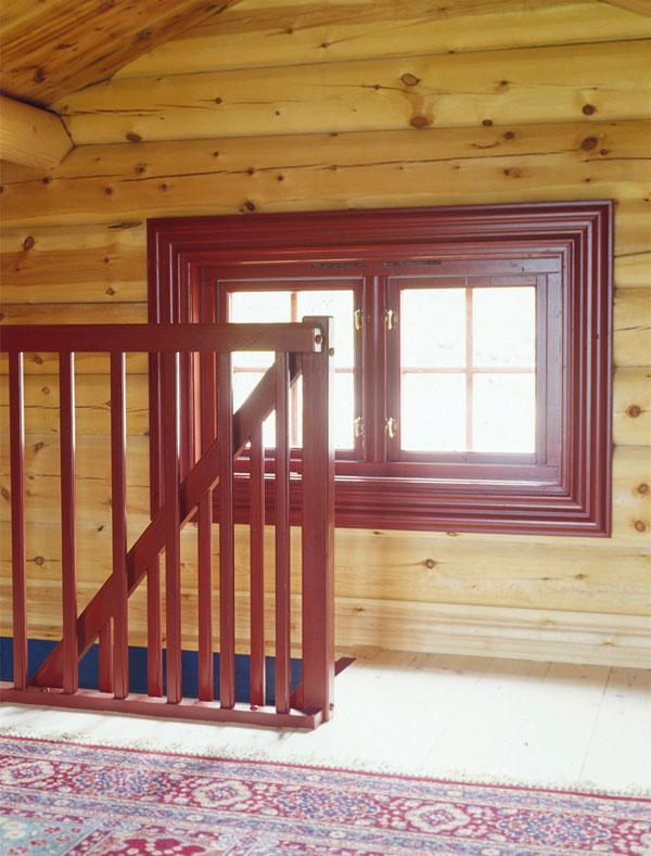 Trappen og vinduet på loftet er rødmalt for å få inn litt farge