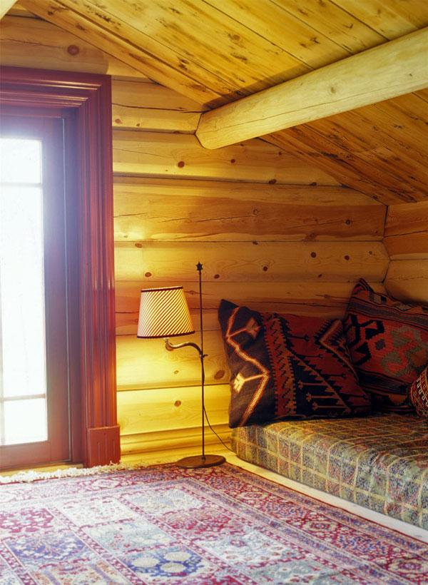 Har du lav takhøyde kan du fint lage sofa av madrass på gulvet