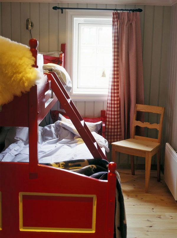 Soverom etter oppussing. Veggene er malt grå, sengen rød og komplement av fargerike gardiner gjør et koselig soverom