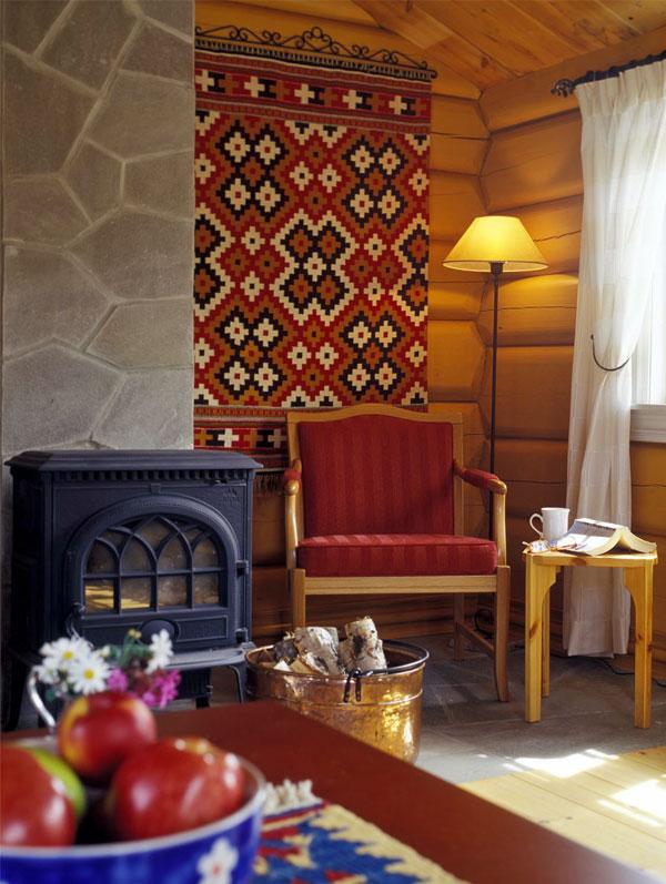 Fargerike tekstiler og møbler skaper et personlig preg på hytten