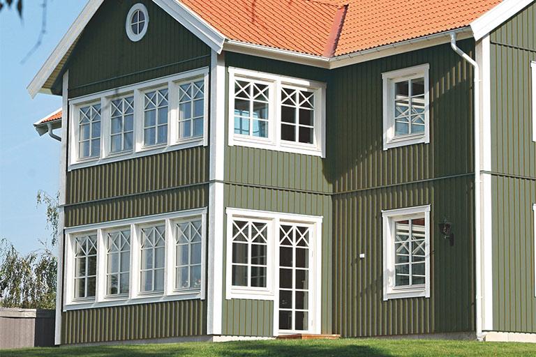 Jotun 8413 Herregårdsgrønn, Staffasje: 10416 Perlehvit, Grunnmur: 1402 Canvas